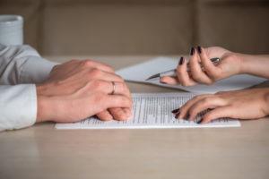 Monogamie versus polyamour : débat ouvert sur les atouts et les risques